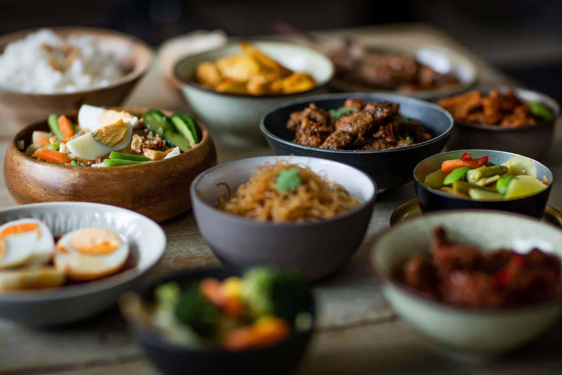 Een uitgebreide indonesische rijsttafel van Selera Anda
